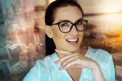 Retrato da mulher otimista que levanta contra o fundo urbano foto de stock royalty free
