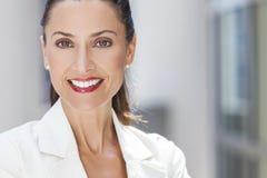 Retrato da mulher ou da mulher de negócios bonita Fotografia de Stock