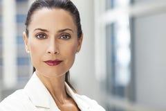 Retrato da mulher ou da mulher de negócios bonita Foto de Stock Royalty Free
