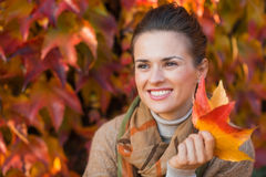 Retrato da mulher pensativa com as folhas na frente da folha do outono Fotos de Stock Royalty Free