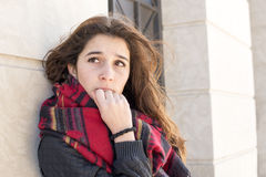 Retrato da mulher pensativa e séria, exterior. imagens de stock royalty free