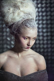 Retrato da mulher pensativa na neve. Fotos de Stock