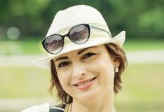Retrato da mulher positiva caucasiano nova Fotos de Stock Royalty Free