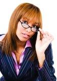 Retrato da mulher que ajusta eyeglasses Imagens de Stock