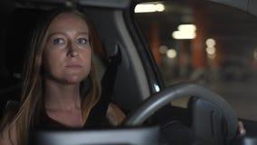Retrato da mulher que conduz o carro com o estacionamento vídeos de arquivo