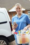 Retrato da mulher que corre o negócio móvel da limpeza que verifica o texto fotografia de stock royalty free