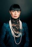 retrato da mulher que desgasta a blusa verde foto de stock royalty free
