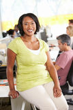Retrato da mulher que está no escritório criativo ocupado Fotografia de Stock