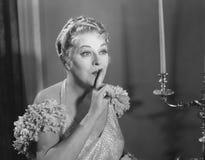 Retrato da mulher que gesticula para o silêncio (todas as pessoas descritas não são umas vivas mais longo e nenhuma propriedade e Fotografia de Stock