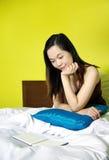 Retrato da mulher que lê um livro Foto de Stock Royalty Free