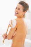 Retrato da mulher que lava com a escova do corpo na banheira Imagens de Stock