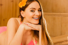 Retrato da mulher que relaxa na sauna Bem estar dos termas Imagem de Stock Royalty Free