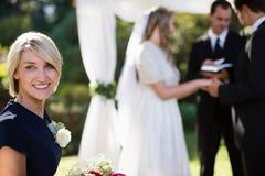 Retrato da mulher que sorri no parque imagens de stock royalty free