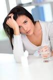 Retrato da mulher que tem uma dor de cabeça Fotografia de Stock