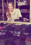 Retrato da mulher que vende carteiras e bolsas Imagem de Stock Royalty Free