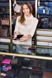 Retrato da mulher que vende carteiras e bolsas Fotos de Stock