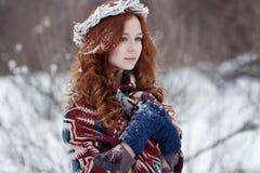 Retrato da mulher redheaded nova atrativa em uma grinalda branca Imagens de Stock Royalty Free