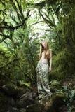 Retrato da mulher romântica na floresta feericamente Fotografia de Stock Royalty Free