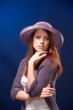 Retrato da mulher romântica nova no chapéu Imagens de Stock Royalty Free