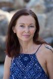 Retrato da mulher séria nova perto do mar foto de stock royalty free