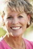 Retrato da mulher sênior que sorri na câmera Fotografia de Stock Royalty Free