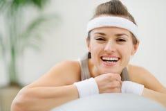 Retrato da mulher saudável feliz na esfera da aptidão Foto de Stock Royalty Free