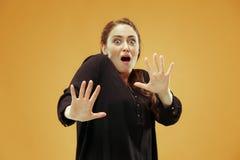 Retrato da mulher scared imagem de stock