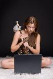 Retrato da mulher selvagem com martelo de pedra e não Imagens de Stock