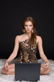 Retrato da mulher selvagem nova com caderno Foto de Stock Royalty Free
