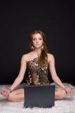 Retrato da mulher selvagem nova com caderno Imagem de Stock