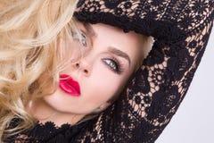 Retrato da mulher sensual bonita com cabelo louro longo com os olhos verdes na composição ubíquo dos bordos muito vermelhos na co Foto de Stock Royalty Free