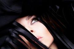 Retrato da mulher sensual bonita com louro longo seu cabelo com os olhos verdes na composição ubíquo Imagem de Stock Royalty Free