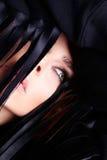 Retrato da mulher sensual bonita com louro longo seu cabelo com os olhos verdes na composição ubíquo Foto de Stock