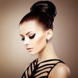 Retrato da mulher sensual bonita com penteado elegante.  Por Foto de Stock