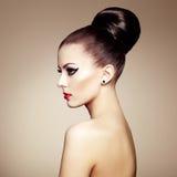Retrato da mulher sensual bonita com penteado elegante.  Por Imagens de Stock