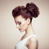 Retrato da mulher sensual bonita com penteado elegante.  Por Imagem de Stock Royalty Free
