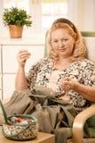 Retrato da mulher sewing Fotografia de Stock Royalty Free