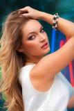 Retrato da mulher 'sexy' bonita com o levantamento do vestido branco e do cabelo louro exterior Menina da forma Imagem de Stock