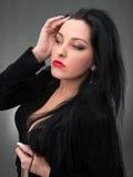 Retrato da mulher 'sexy' no vestido preto Imagens de Stock