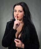 Retrato da mulher 'sexy' no vestido preto Foto de Stock Royalty Free