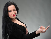 Retrato da mulher 'sexy' no vestido preto Fotos de Stock Royalty Free