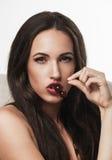 Retrato da mulher 'sexy' que guarda a cereja Imagens de Stock
