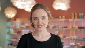 Retrato da mulher 'sexy' shopaholic bonita dentro de uma loja Foto de Stock