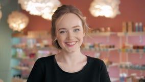 Retrato da mulher 'sexy' shopaholic bonita dentro de uma loja Fotos de Stock