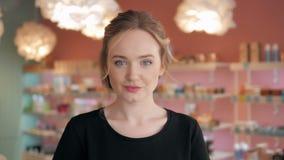 Retrato da mulher 'sexy' shopaholic bonita dentro de uma loja Fotos de Stock Royalty Free