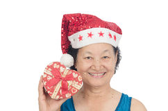 Retrato da mulher superior asiática que guarda a caixa de presente Foto de Stock Royalty Free