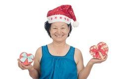 Retrato da mulher superior asiática que guarda a caixa de presente Fotos de Stock Royalty Free