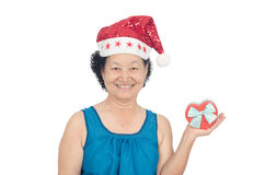 Retrato da mulher superior asiática que guarda a caixa de presente Fotos de Stock