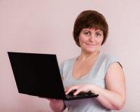 Retrato da mulher superior com portátil fotos de stock royalty free