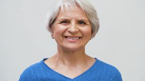 Retrato da mulher superior de sorriso sobre o cinza video estoque